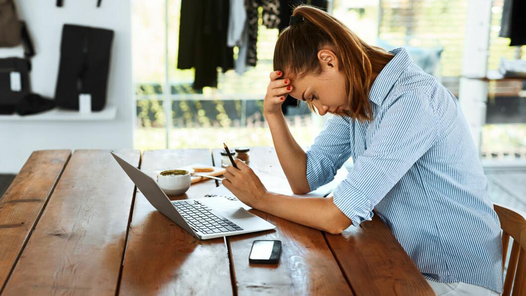 PSYKISK BELASTNING: Stor gjeld, forbrukslån eller andre økonomiske bekymringer kan føre til stress, angst og depresjon. Foto: Shutterstock / puhhha