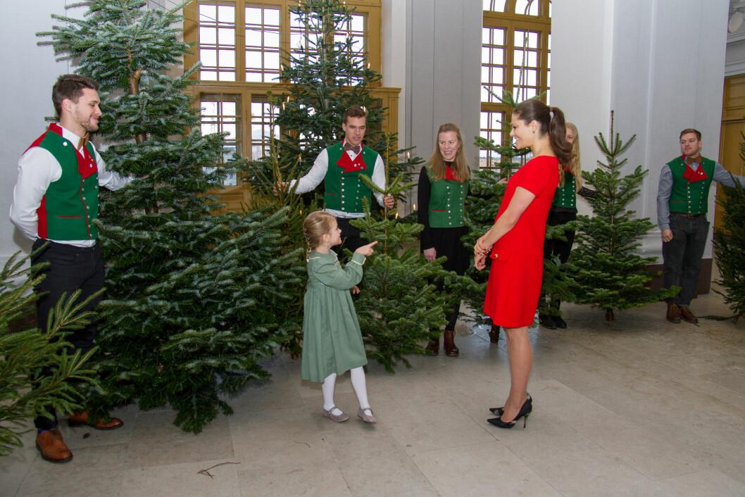 JULESTEMNING: Prinsesse Estelle og mamma kronprinsesse Victoria av Sverige tok imot juletrær levert av studenter ved Sveriges lantbruksuniversitet (SLU) i midten av desember. Foto:  Foto: H. Garlöv for Kungahuset