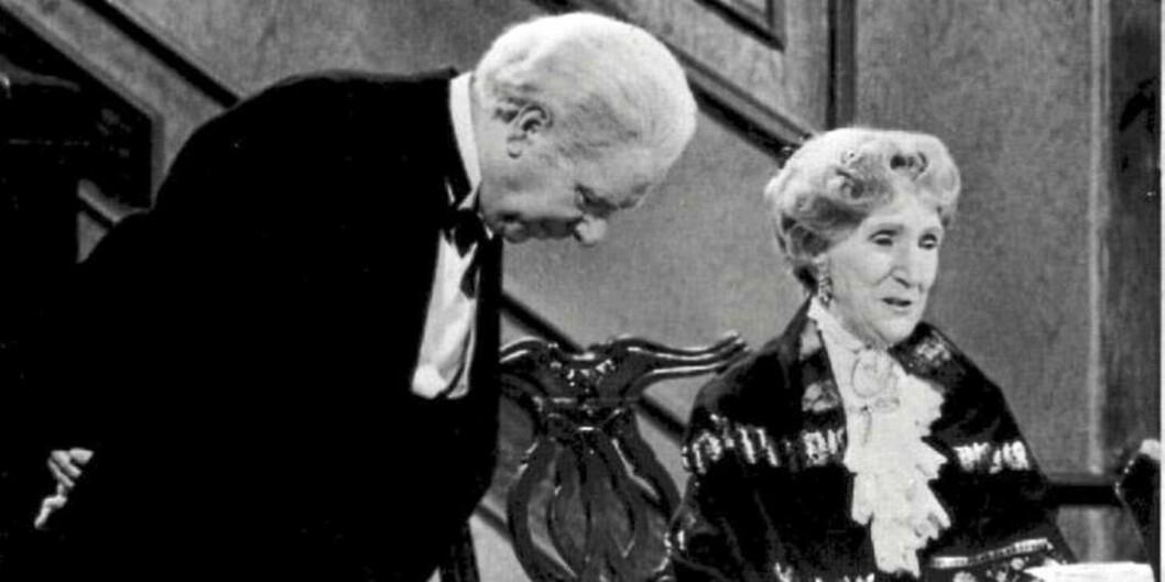 BUTLER JAMES OG GREVINNE MISS SOPHIE: Ble spilt av henholdsvis Freddie Frinton, som var komiker, og May Warden, som var skuespiller. Ingen av de to ble kjente navn i hjemlandet England, men er blitt ikoner i blant annet Tyskland og her hjemme i Norge.  Foto: Scanpix Norway