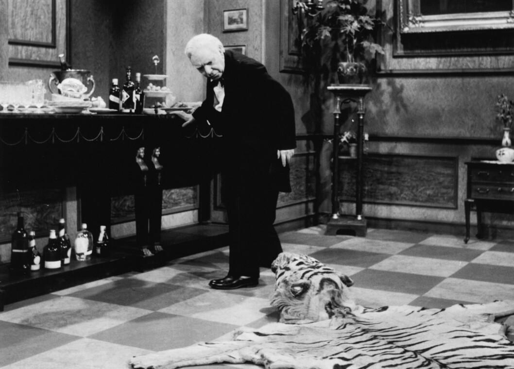 TIGERTEPPET: Opprinnelig var ikke tigerteppet - som utgjør en stor del av handlingen, med i sketsjen, inntil Freddie Finton faktisk snublet over det under en opptreden og publikum lo så fælt at produsentene bestemte seg for å gjøre det til en del av handlingen.  Foto: akg-images