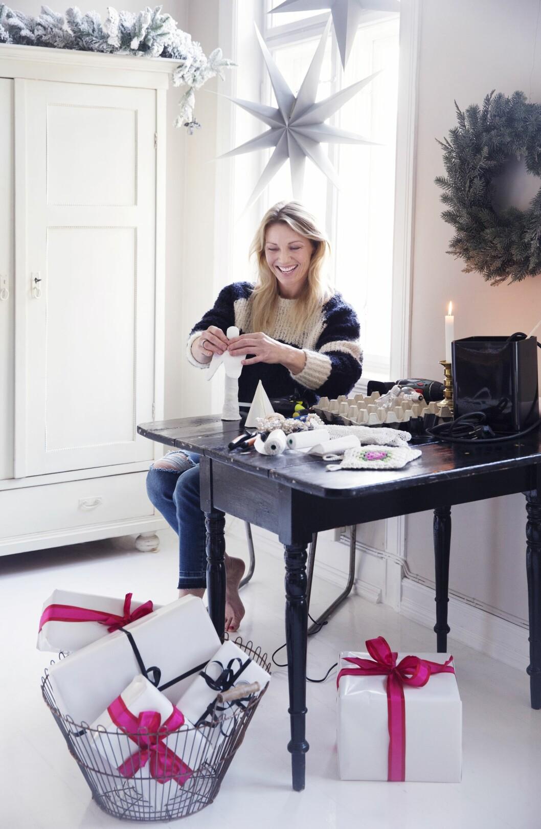 <strong>KREATIVE JULEIDEER:</strong> Kari bodde mange år i Oslo. – Den største forskjellen er at i Oslo får du tak i alt. På Voss må du være mer kreativ, sier Kari, som raust deler sine beste juleideer med KKs lesere.  Foto: Yvonne Wilhelmsen
