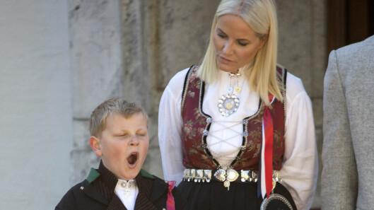KONGEFAMILIEN: Tradisjonen tro møtte kronprinsfamilien folket foran Skaugum tidlig om morgenen 17. mai. Prins Sverre Magnus la ikke skjul på at det nok var litt for tidlig for rojale plikter.  Foto: NTB Scanpix