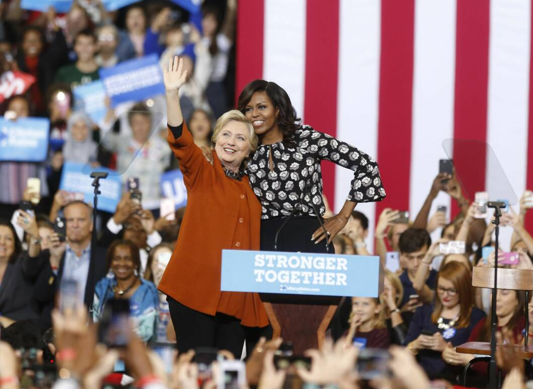 STERKE KVINNER: Til tross for at førstedamen Michelle Obama jobbet iherdig for å sørge for at USAs 45. president ble en kvinne holdt det dessverre ikke. Men i et intervju med People ber hun oss om å ikke være bekymret for fremtiden, men heller se fremover. Her med president Hillary Clinton under en tilstelning i slutten av oktober. Foto: NTB Scanpix