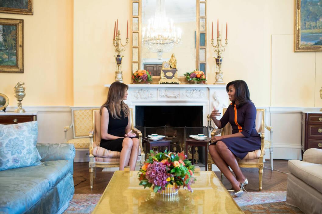 FRA ÉN FØRSTEDAME TIL ÉN ANNEN: Michelle Obama tok imot den kommende førstedamen Melania Trump i Det hvite hus dagen etter at valgresultatet var kjent. Foto: NTB Scanpix
