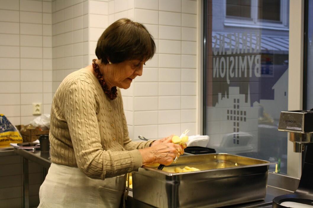 HJEMMELAGET POTETMOS: Aase har kokt store mengder poteter som nå skal kuttes i biter og legges i en diger langpanne, dette skal bli potetmos til rundt 80-90 porsjoner. Foto: Stine Helén Tunstrøm