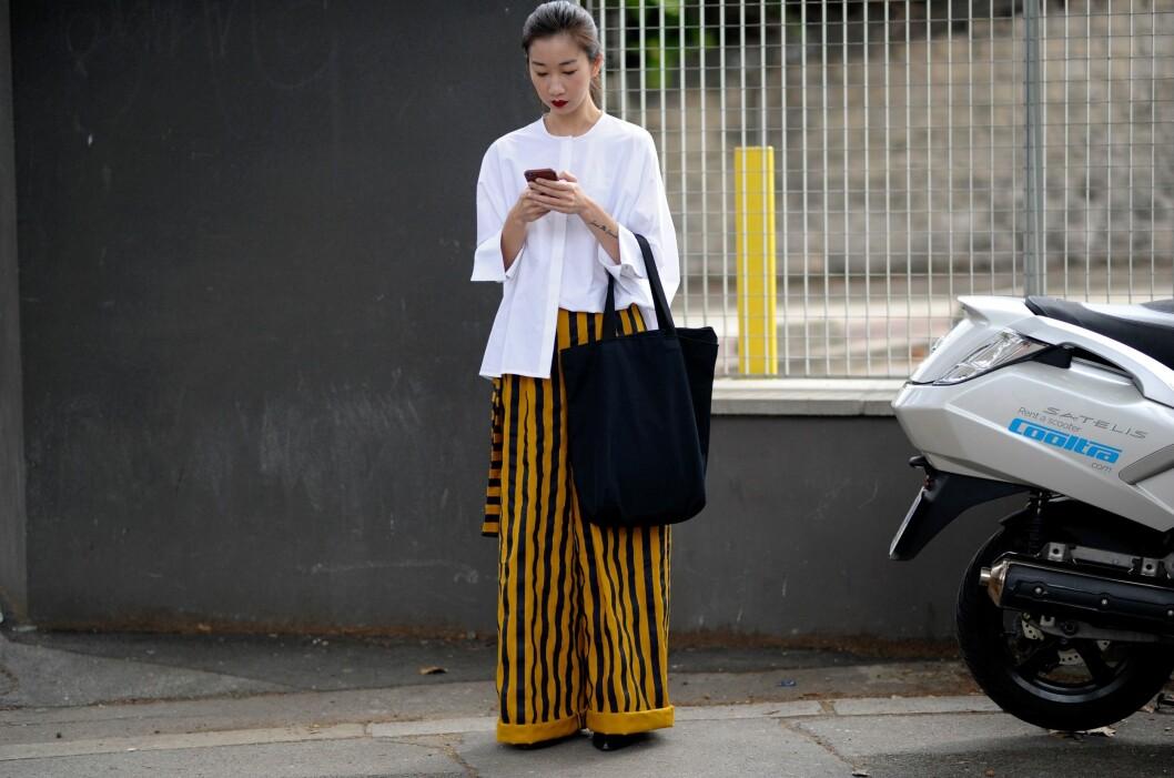 VIDE BUKSER: Kombiner buksene med høyt liv sammen med en hvit skjorte. Enkelt og superfint! Foto: Rex Features