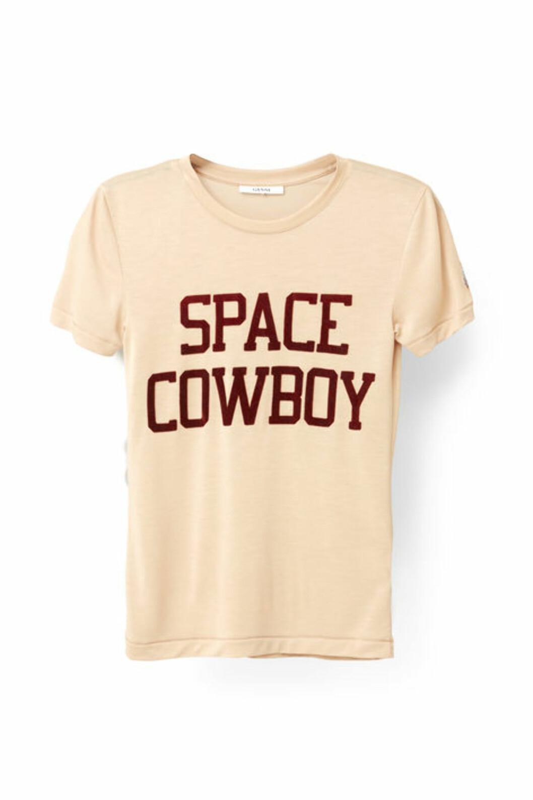 T-skjorte fra Ganni | kr 799 | http://www.ganni.com/shop/tops-and-t-shirts/linfield-lyocell-t-shirt%2C-space-cowboy/T1797.html?dwvar_T1797_color=Cuban%20Sand