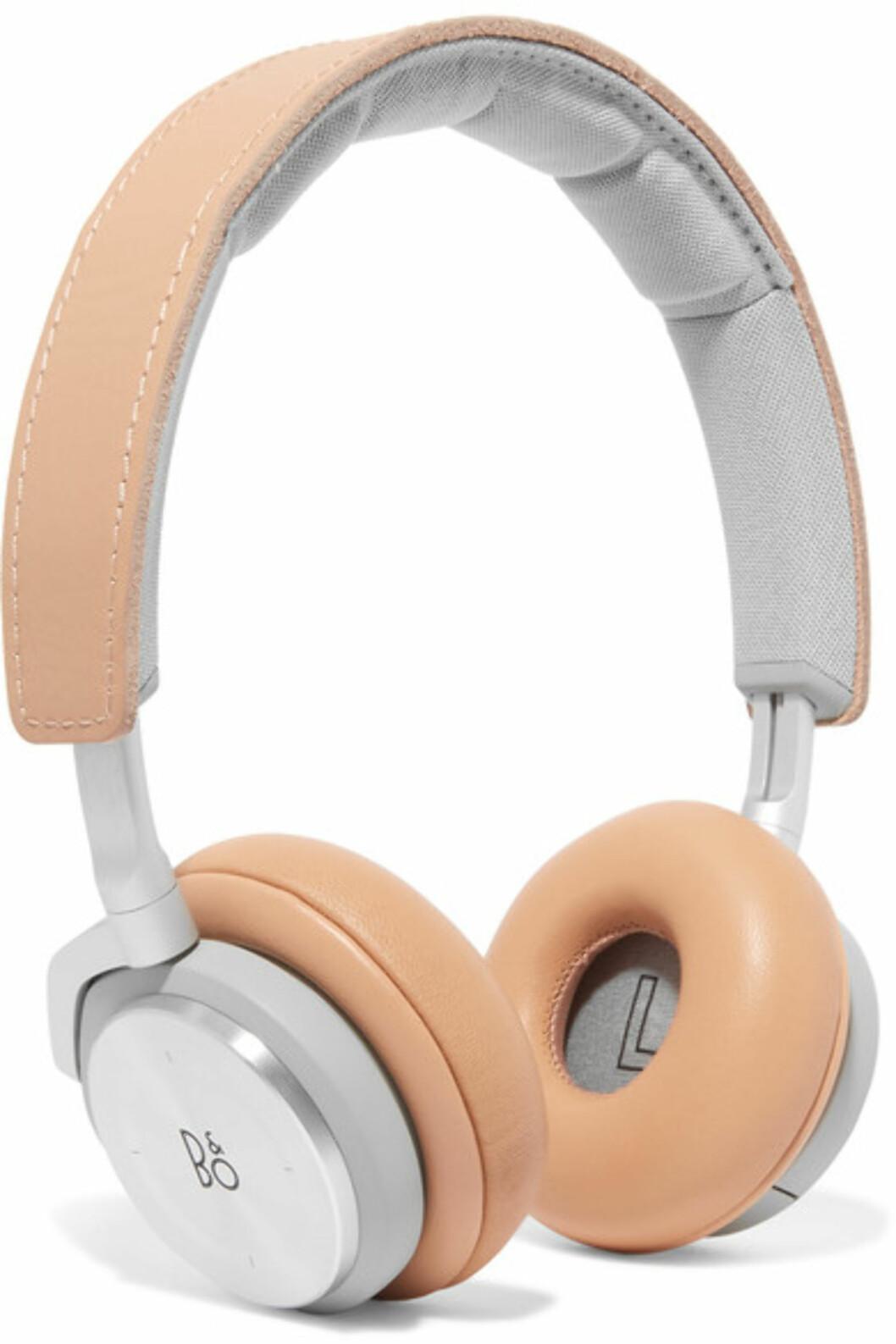 Headset fra B&O Play via Net-a-porter.com   kr 6995   https://www.net-a-porter.com/no/en/product/827238/b_o_play/h8-leather-and-silver-tone-headphones