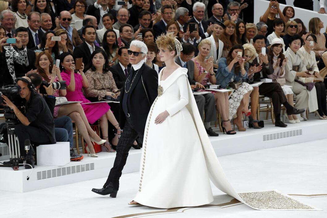 CHANEL: Karl Lagerfeld spaserer ned catwalken med høygravide Ashleig Good. Foto: Reuters