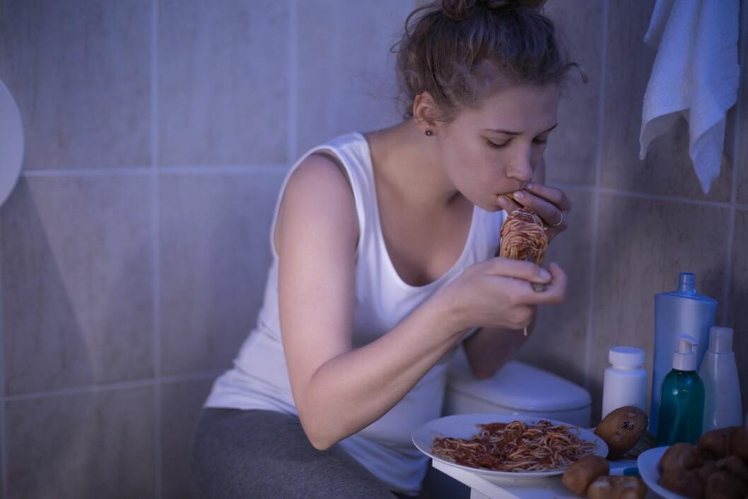 OVERSPISER: Overspising etterfulgt av oppkast eller bruk av avføringsmidler, er et vanlig tegn på bulimi.  Foto: Shutterstock / Photographee.eu