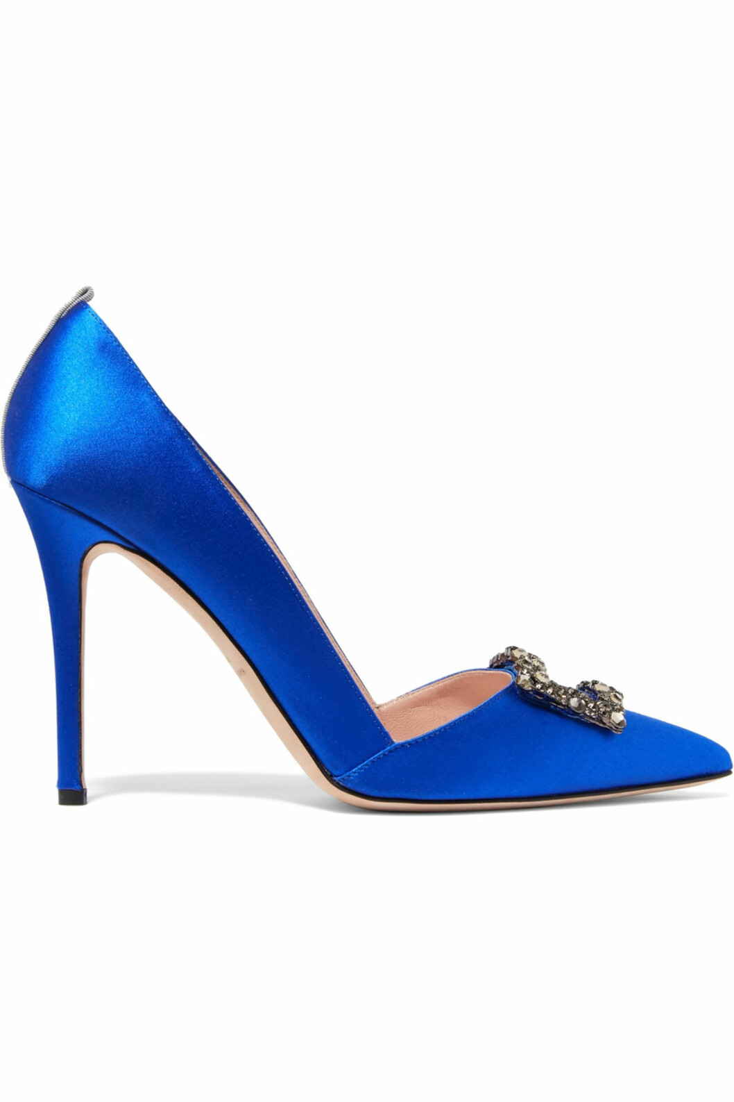 Hæler fra SJP By Sarah Jessica Parker via Net-a-porter.com | kr 4878 | https://www.net-a-porter.com/no/en/product/800974/sjp_by_sarah_jessica_parker/windsor-embellished-satin-pumps