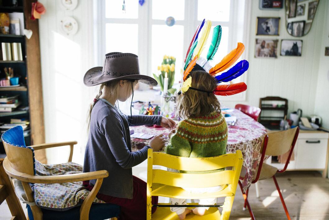 <strong>UTFORSKE KREATIVITET:</strong> Ronja og Freja. Maria er opptatt av at barna spontant skal få utforske både nysgjerrigheten og kreativiteten.   Foto: Maria Vatne/Bygdefotografen