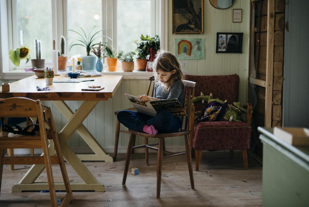 <strong>LÆRT SELV:</strong> Freja har lært å lese og skrive av seg selv – hjemme. Hun får hospitere på skolen så ofte hun vil. Foto: Maria Vatne/Bygdefotografen