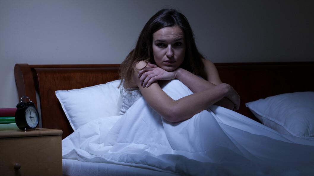 NATTESKREKK: Intense rykninger og åpne øyne mens du sover er to av kjennetegnene på at du opplever såkalt natteskrekk, eller nattlige skrekkanfall.  Foto: Shutterstock / Photographee.eu
