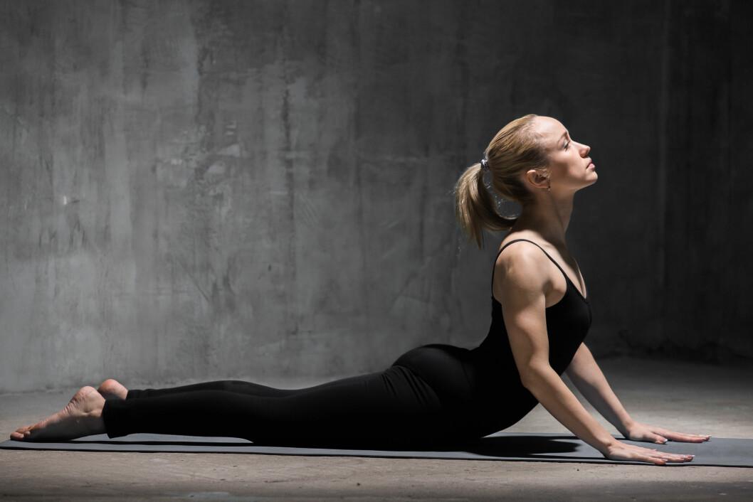 YOGA: Ingrid Urrang Jonassen bruker Yin yoga for å bli mer opplagt og rydde opp i tankene.  Foto: Shutterstock / fizkes