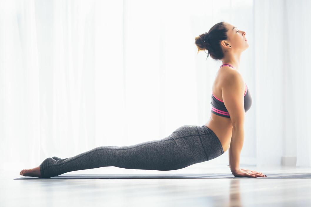 VINTERDEPRESJON: Flere av oss kjenner på den såkalte vinterdepresjonen. Ingrid Urrang Jonassen bruker Yin yoga for å bli mer opplagt, mens postdoktor Rune Jonassen mener lysterapi kan fungere.  Foto: Shutterstock / F8 studio