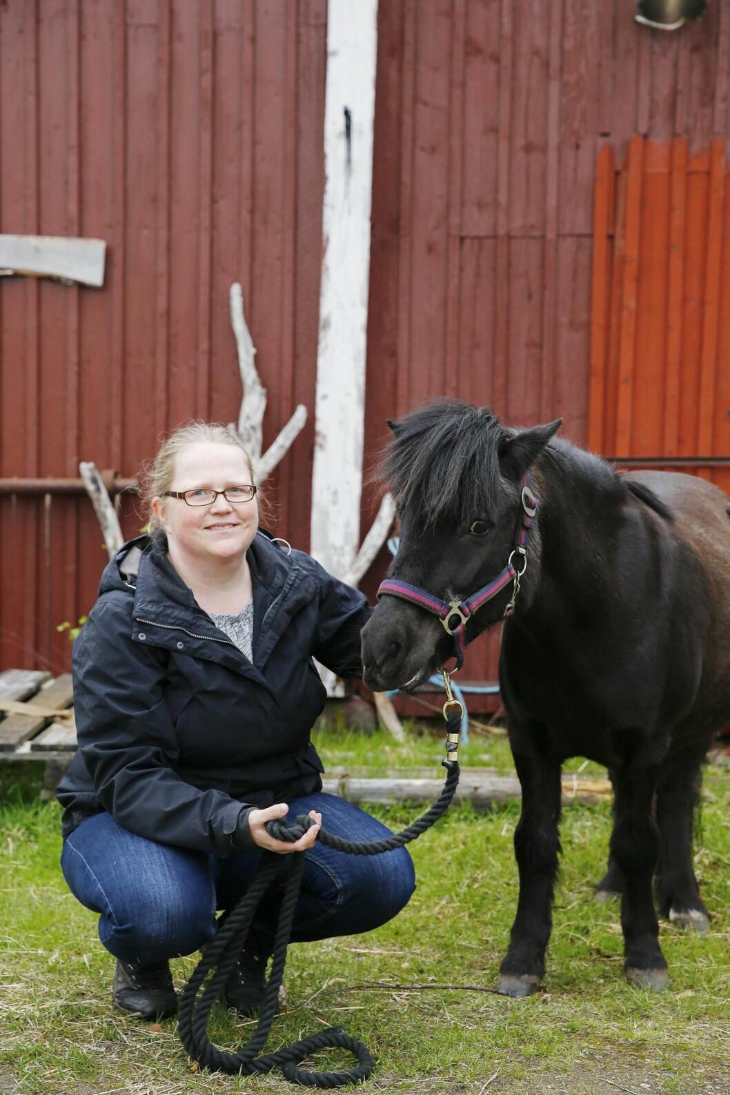 SJOKK: Ella og Pysen ble stjålet i en natt for ti år siden. Pysen er fremdeles borte, men Ella er kommet hjem til Linda. Foto: Petra Isaksson/All Over Press