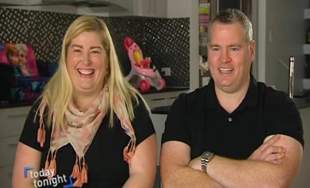 SJOKKERTE: Kate og Peter Hill ble ganske så overrasket da de fant ut at de var gravide med tvillinger som ble unnfanget med 10 dagers mellomrom. Foto: Skjermdump / Today Tonight