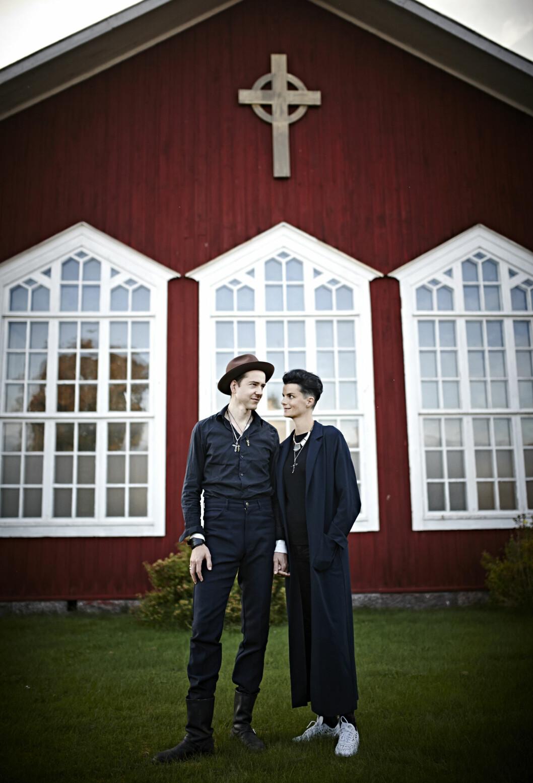 HJEM: Som barn gikk Karin i gudstjeneste imisjonshuset i bakgrunnen. Nå er det hennes og Kjetils hjem – ringen er på mange måter sluttet. Foto: Geir Dokken