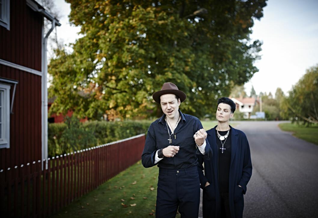 FØLER SEG HJEMME: To svartkledde rockere skiller seg unektelig ut fra mengden i lille Djura iDalarna. Likevel føler de seg hjemme her. Foto: Geir Dokken
