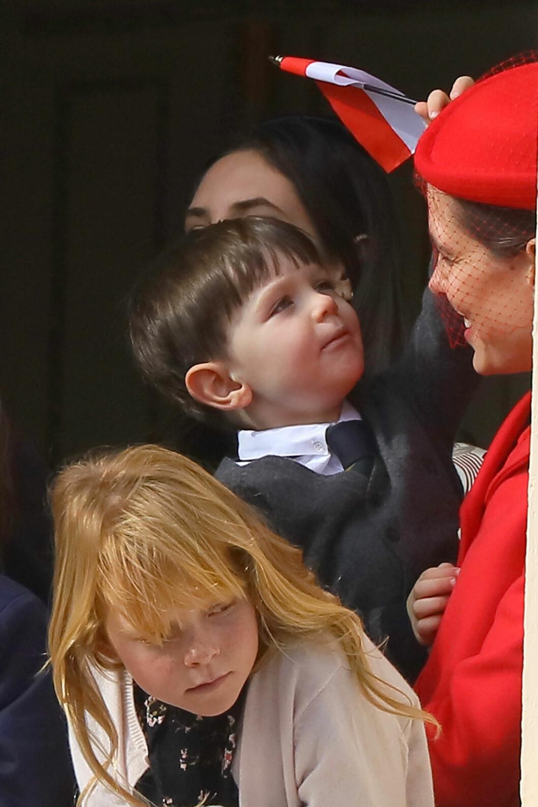 MOR OG SØNN: Charlotte Casiraghi med sønnen Raphaël på balkongen på fyrstepalasset. Foto: NTB Scanpix