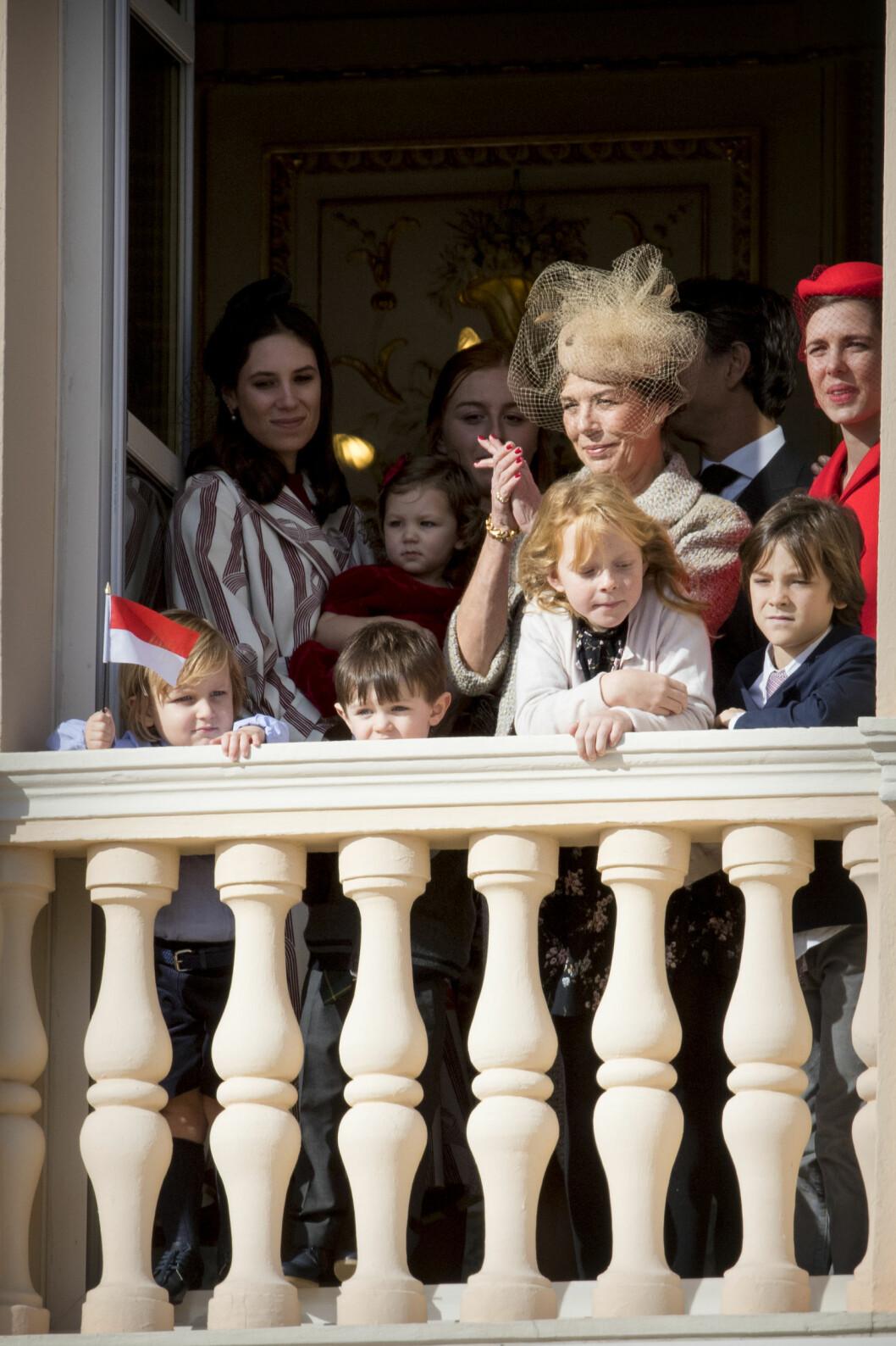 STOLT BESTEMOR: Prinsesse Caroline omringet av svigerdatter Tatiana Santo Domingo (t.v.), datteren Charlotte Casigarhi og barnebarna India, Raphael og Sacha Casiraghi. Foto: NTB Scanpix