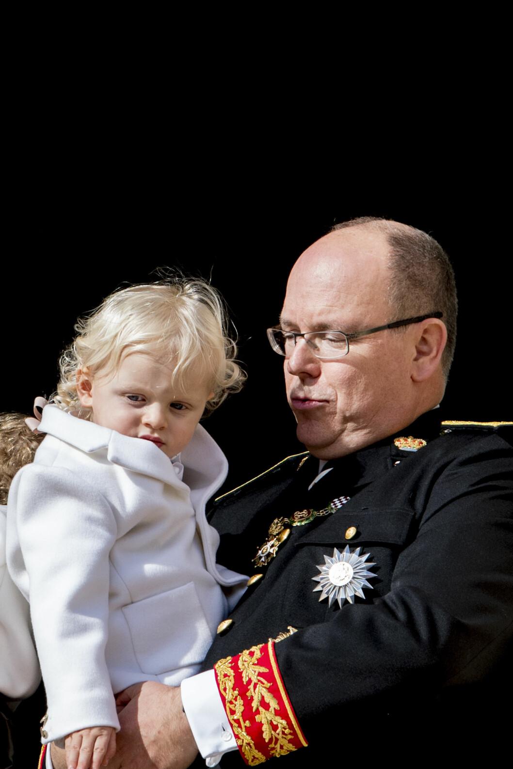 TVILLINGSØNN: Fyrst Albert med sønnen Jacques på armen. Foto: NTB Scanpix
