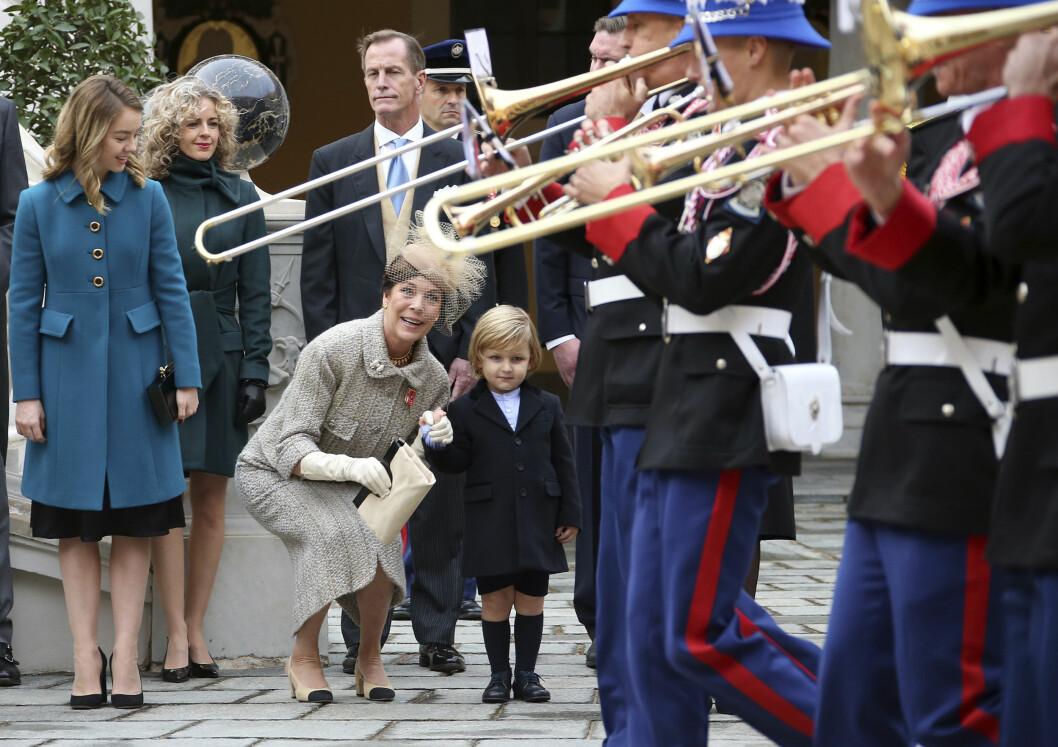 HYGGE MED FARMOR: Sacha tok et godt tak i farmor prinsesse Carolines hånd da de to sjekket ut det musikalske bidraget under nasjonaldagen. Til venstre i blått ser vi prinsesse Carolines yngste datter Alexandra av Hanover. Foto: NTB Scanpix