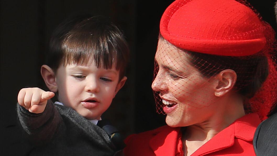 CHARLOTTE CASIRAGHI: Det er ingen tvil om at ettbarnsmoren Charlotte Casiraghi er stolt av sin flotte sønn Raphaël Casiraghi. Under nasjonaldagen 19. november viste hun frem sønnen for det monegaskiske folket. Foto: NTB Scanpix