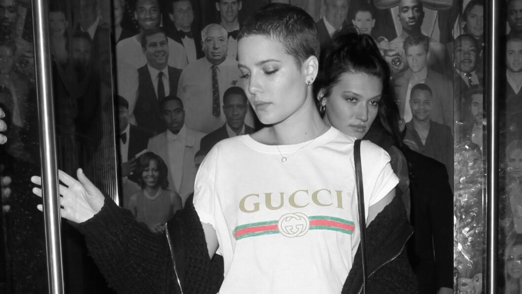 GUCCI T-SKJORTE: Artisten Halsey forlater restaurant i L.A iført t-skjorten som nå får det til å koke på nettet. Foto: Scanpix
