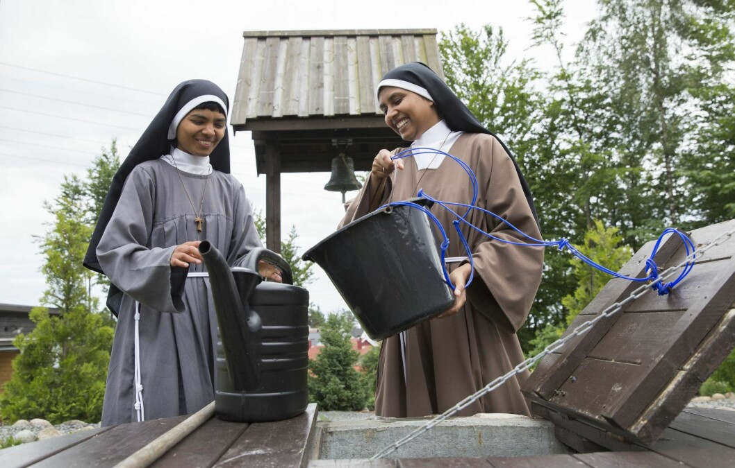 SØSTRE: Beatrice (t.h.) og hennes biologiske søster Regina har begge valgt et liv i kloster. De kom sammen til Norge i fjor sommer. Her hjelper de hverandre med å vanne iklosterhagen. Foto: Sverre Chr. Jarild
