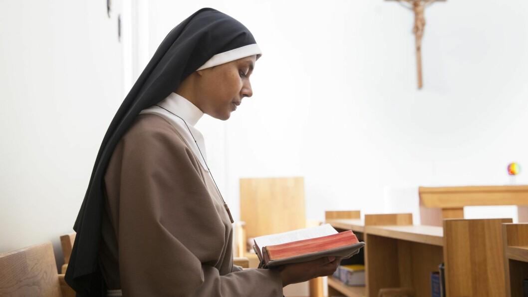 STILLHET: Nonnene tilbringer daglig flere timer alene eller i fellesskap i klosterkapellet med bønn og bibellesning. Foto: Sverre Chr. Jarild