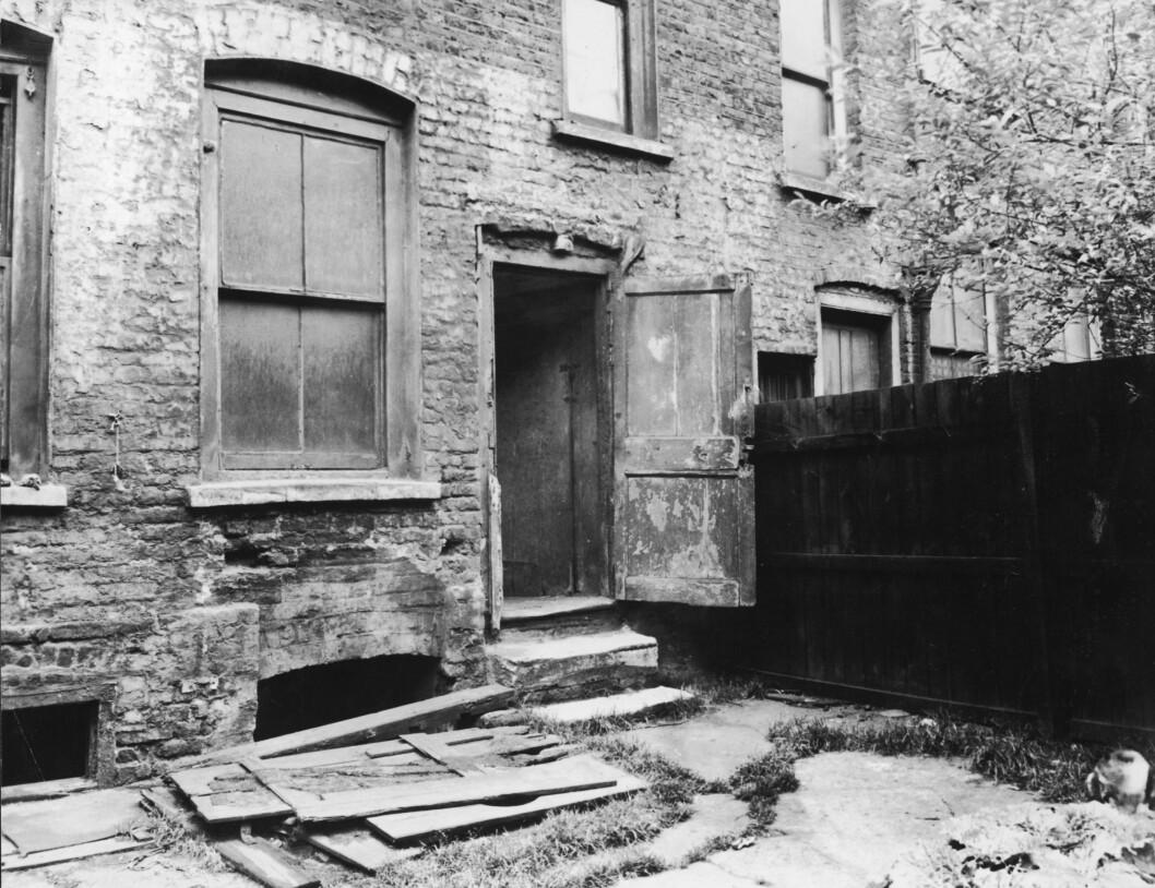 DRAPSSTED: Backgården ved 29 Hanbury  Street, Spitalfields, hvor kroppen til offer  Annie Chapman ble funnet mellom trappetrinnene og gjerdet 8. september 1888.  Foto: Mary Evans Picture
