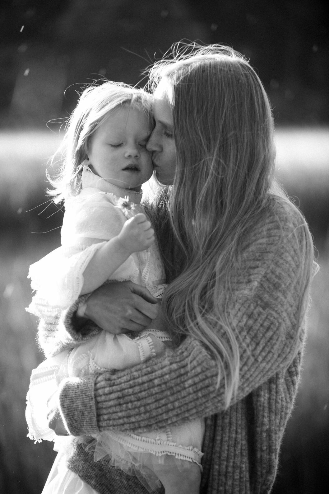 <strong>MOR OG MODELL:</strong> For tre år siden fødte Jenny Sinkaberg datteren Jona. Foto: Privat