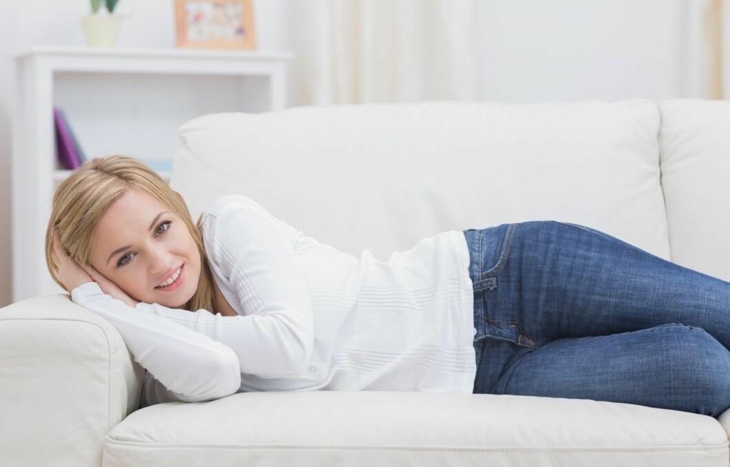 MER AV DETTE: Å slappe av på sofaen er ikke feil - så lenge du gjør det riktig kan det ha store fordeler for velværen. Foto: Thinkstock