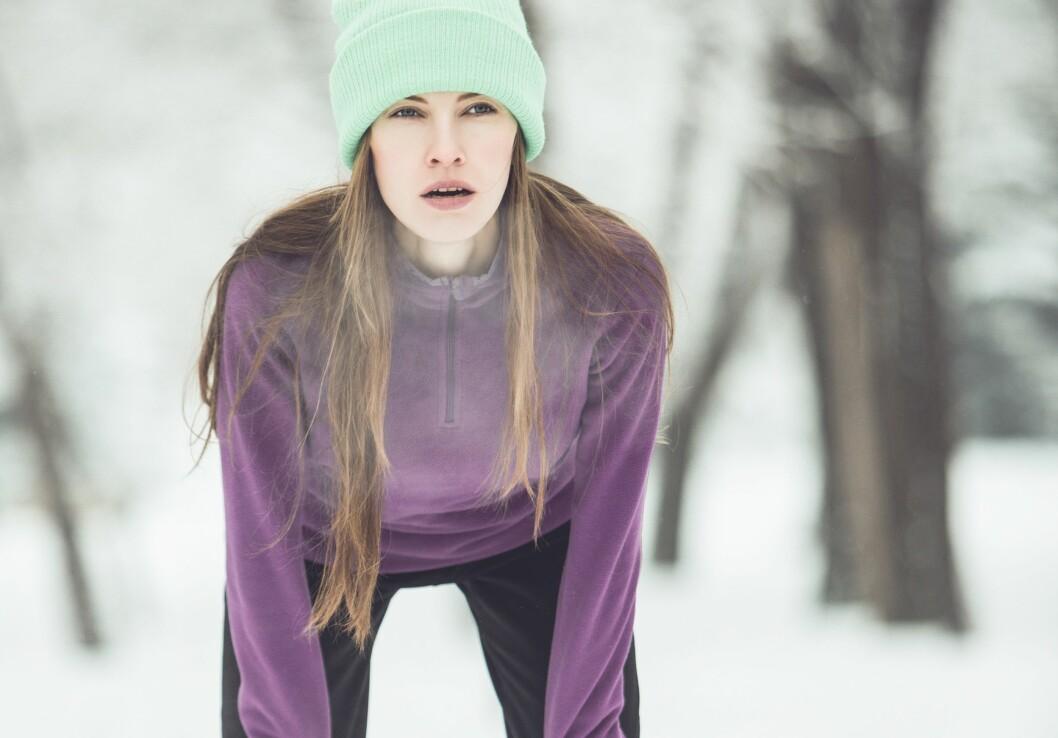 <strong>KALD LUFT:</strong> Når vi trener har vi en tendens til å puste mer med munnen, som gjør at vi trekker mye mer kald luft rett ned i lungene. Den kalde luften fører indirekte til uttørring av luftveiene og dermed forsnevring. Foto: Shutterstock / PEPPERSMINT
