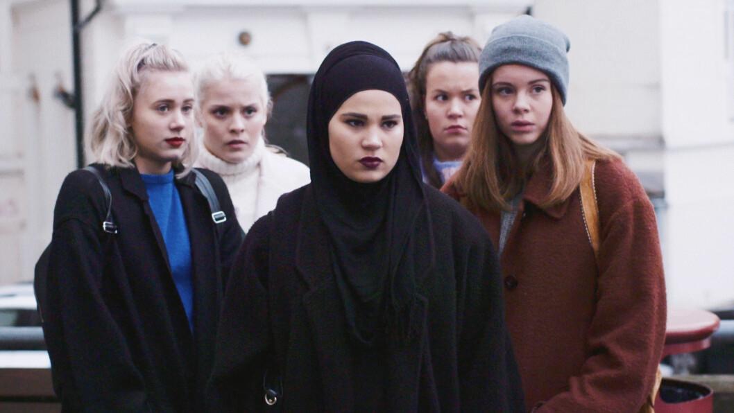 SKAM: Danskene og svenskene har falt for SKAM, og fryder seg over jentegjengen bestående av Noora (Josefine Frida Pettersen),Vilde (Ulrikke Falch), Sana (Iman Meskini), Chris (Ina Svenningsdal) og Eva (Lisa Teige).  Foto:  FOTO: NRK
