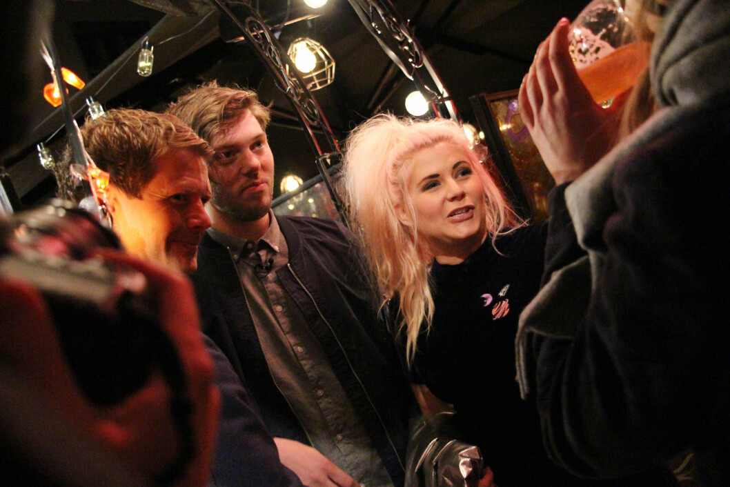 PREMIEREFEST: 5. oktober var det duket for premierefest på «Line dater Norge» på den populære baren Angst i Oslo - hvor Line og daten John Gunnar var kveldens midtpunkt. Her i samtale med Lines familie. Foto:  FOTO: Malini Gaare Bjørnstad // KK.no