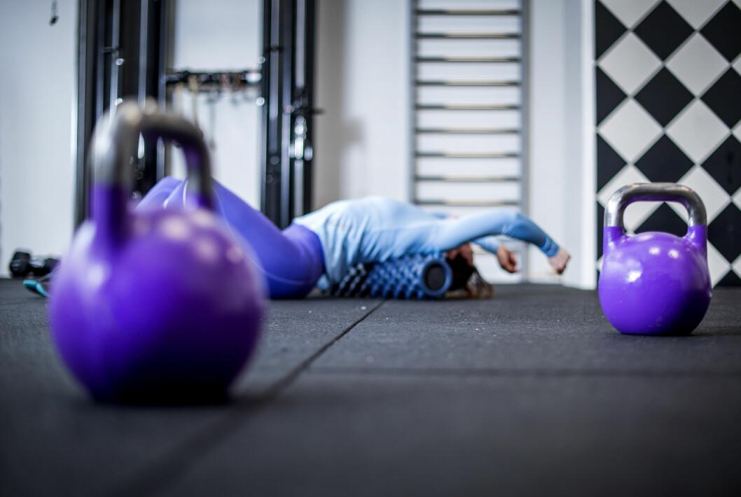 MASSASJE: Etter tung styrketrening kan en foamroller være fordelaktig, dagen etter.  Foto: TT NYHETSBYRÅN