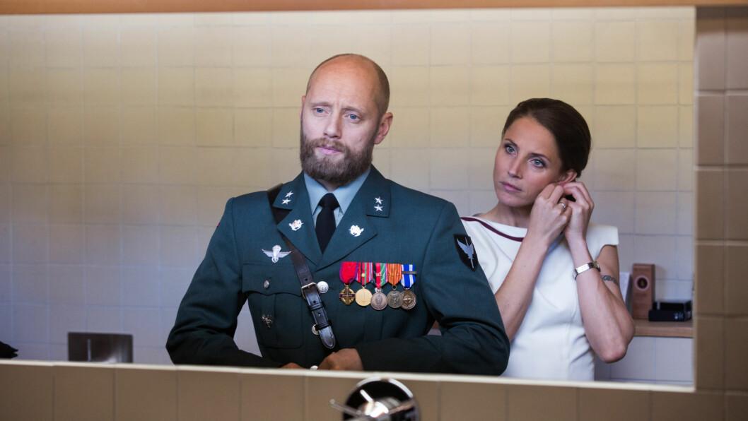 EKTEPAR: I «Nobel» spiller Aksel Hennie FSK-løytnant Erling Riiser som er gift med Johanne Riiser, sekretariatsleder i Utenriksdepartementet. Hun portretteres av den svenske skuespilleren Tuva Novotny. Foto:  FOTO: Eirik Evjen for Monster Scripted // NRK
