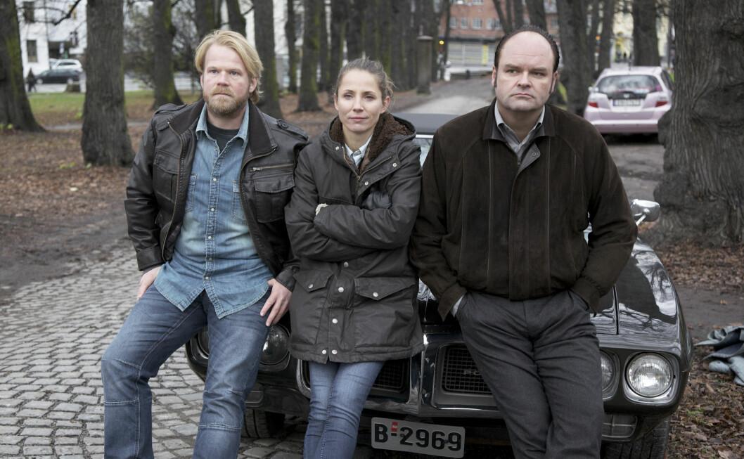 DAG: Tuva Novotny forteller til KK.no at «Dag»-kollegene Anders Baasmo Christiansen (t.v.) og Atle Antonsen har hjulpet henne til å bli flinkere i norsk. Dette er fra sesong fire av den populære serien. Foto:  FOTO: TV2