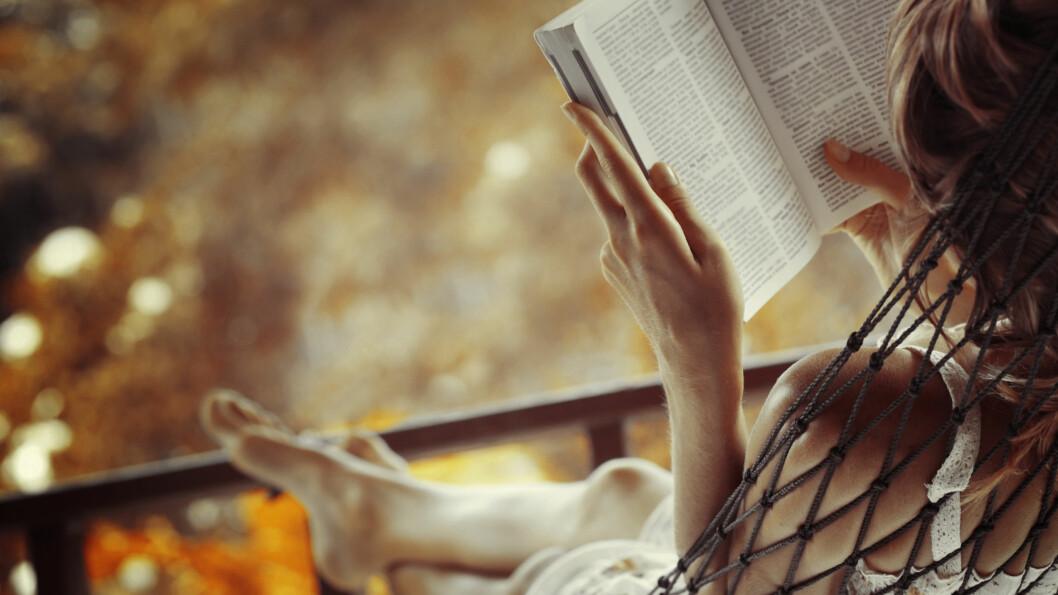 KVINNER OG PORNO: Mange damer leser gjerne en erotisk bok i ny og ne - og det er det ingenting feil ved! Foto: Shutterstock / Dudarev Mikhail