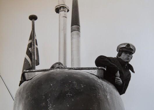 I UNIFORM: – Og her er stereotypien på en machomann – som er ubåtsjef, sier Jeanette. Foto: Privat