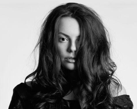 image: - Noen sliter med å få volum i håret på grunn av feil bruk av produkter og feil valg av frisyre