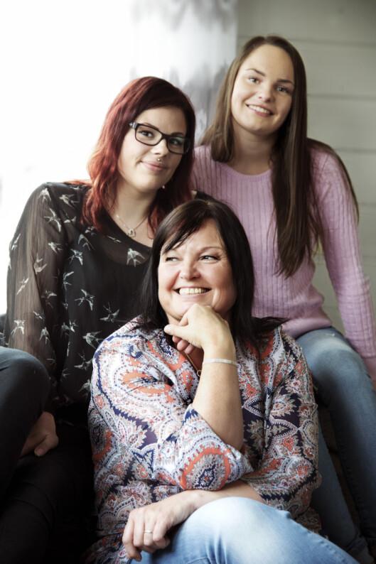 <strong>NY FAMILIE:</strong> Døtrene Elin (24) og Camilla (19) var en ekstra motivasjon da Kristin valgte å kontakte sine biologiske søsken. -Vi gikk fra å ha ett søskenbarn på pappa sin side til å plutselig få 12 nye på mamma sin - og tanter og onkler i fleng. De har tatt så godt imot oss, det føles som familie, sier Elin.  Foto: Cathrine Dillner Hagen