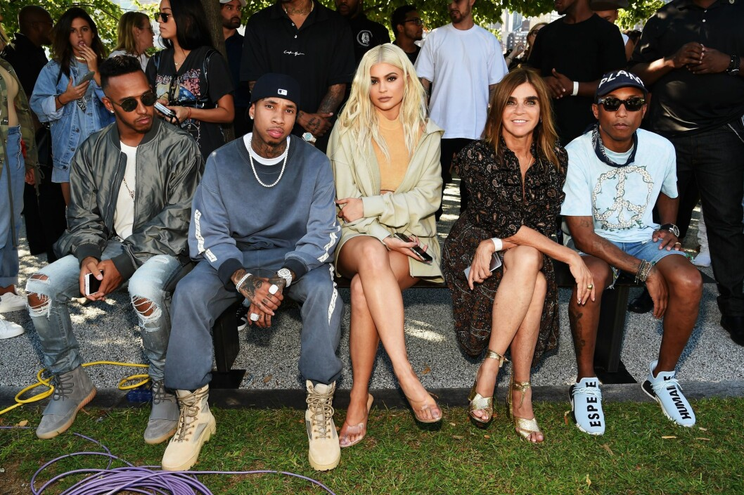 NEW YORK, NY - SEPTEMBER 07: (2nd L-R) Tyga, Kylie Jenner, Carine Roitfeld and Pharrell Williams attend the Kanye West Yeezy Season 4 fashion show on September 7, 2016 in New York City.   Jamie McCarthy/Getty Images for Yeezy Season 4/AFP == FOR NEWSPAPERS, INTERNET, TELCOS & TELEVISION USE  data-cke-saved-ONLY == ONLY == Foto: Afp