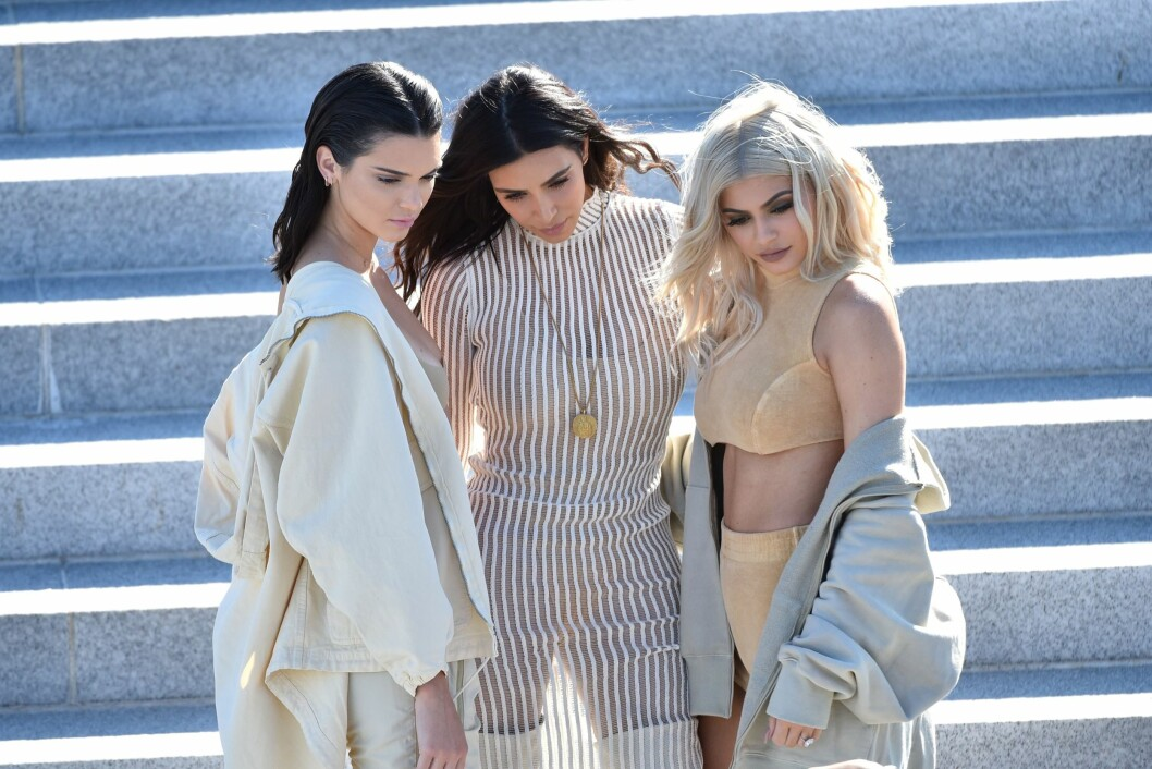 NEW YORK, NY - SEPTEMBER 07: (L-R) Kendall Jenner, Kim Kardashian and Kylie Jenner attend the Kanye West Yeezy Season 4 fashion show on September 7, 2016 in New York City.   Bryan Bedder/Getty Images for Yeezy Season 4/AFP == FOR NEWSPAPERS, INTERNET, TELCOS & TELEVISION USE  data-cke-saved-ONLY == ONLY == Foto: Afp