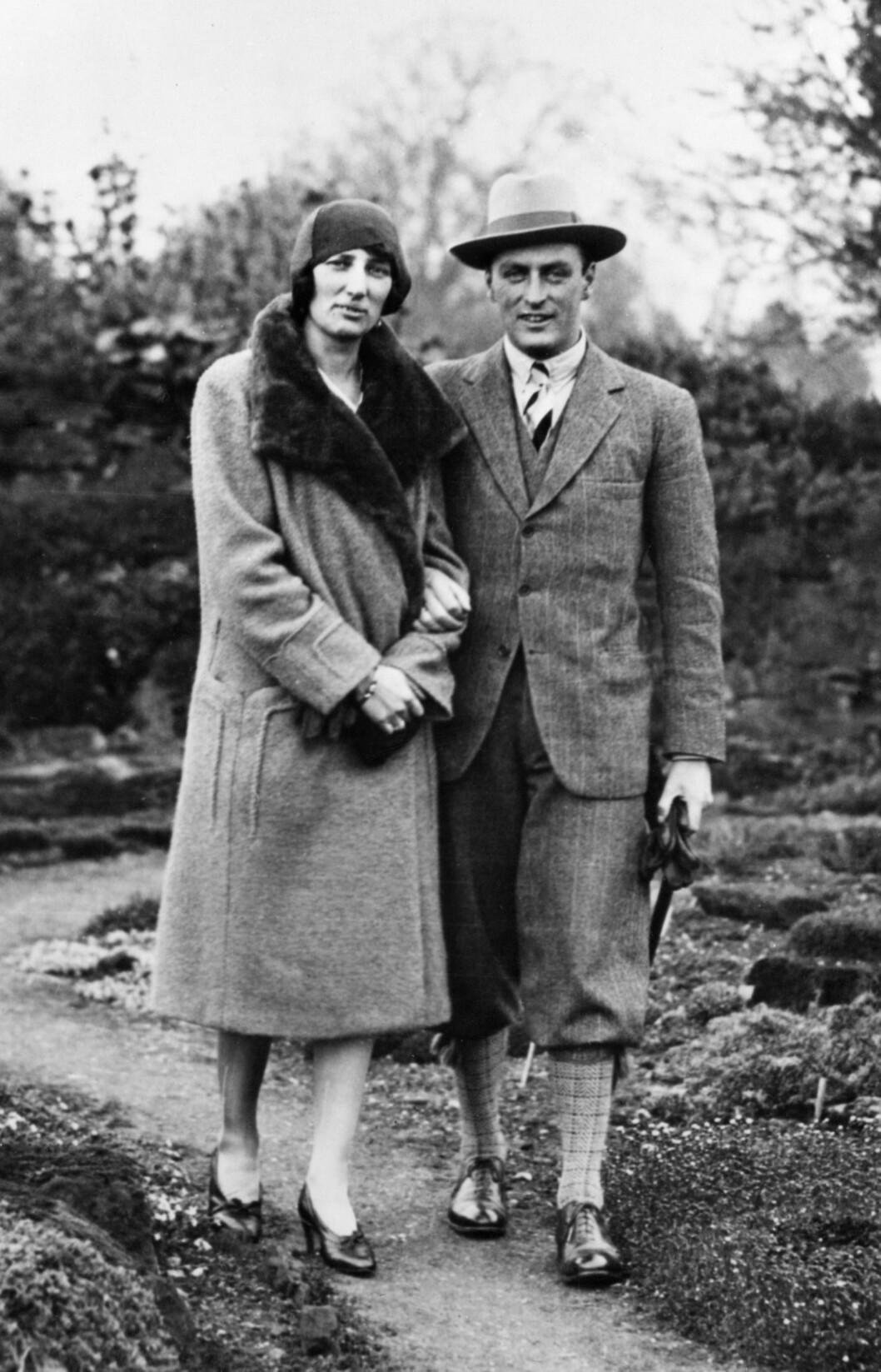 NYFORLOVET: Kronprins Olav på spasertur sammen med sin forlovede, prinsesse Märtha, kort tid etter at forlovelsen ble kjent for folket i 1929. Foto: NTB Scanpix
