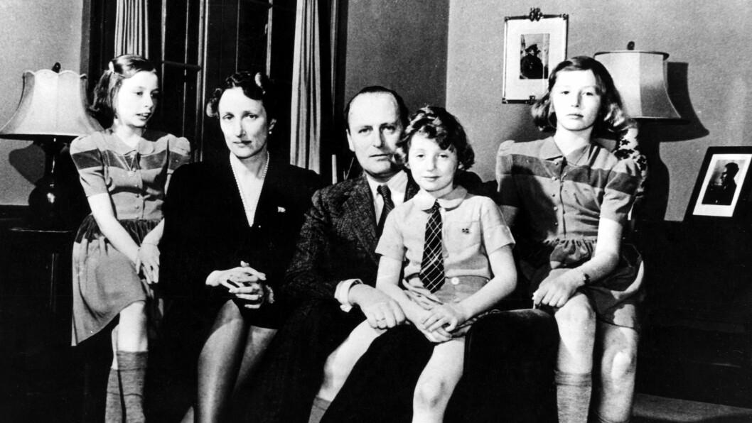 KRONPRINSFAMILIEN I EKSIL: Dette bildet er tatt i Washington i 1942 av kronprinsesse Märtha og kronprins Olav sammen med barna prinsesse Ragnhild (t.v.), prins Harald og prinsesse Astrid i hjemmet i Pook's Hill i en forstad til Washington.  Foto: NTB Scanpix