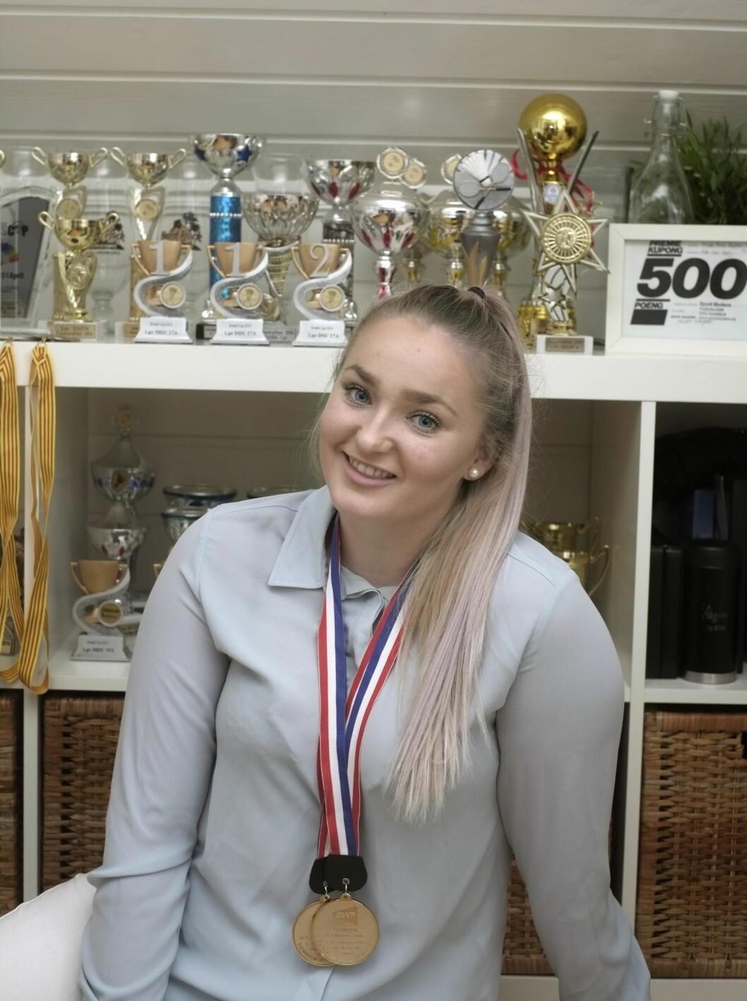 MANGE PREMIER: Helle Sofie spilte sin første turnering da hun var rundt 10 år, og trofeene har blitt mange siden da! Foto: Hege Landrø Johnsen